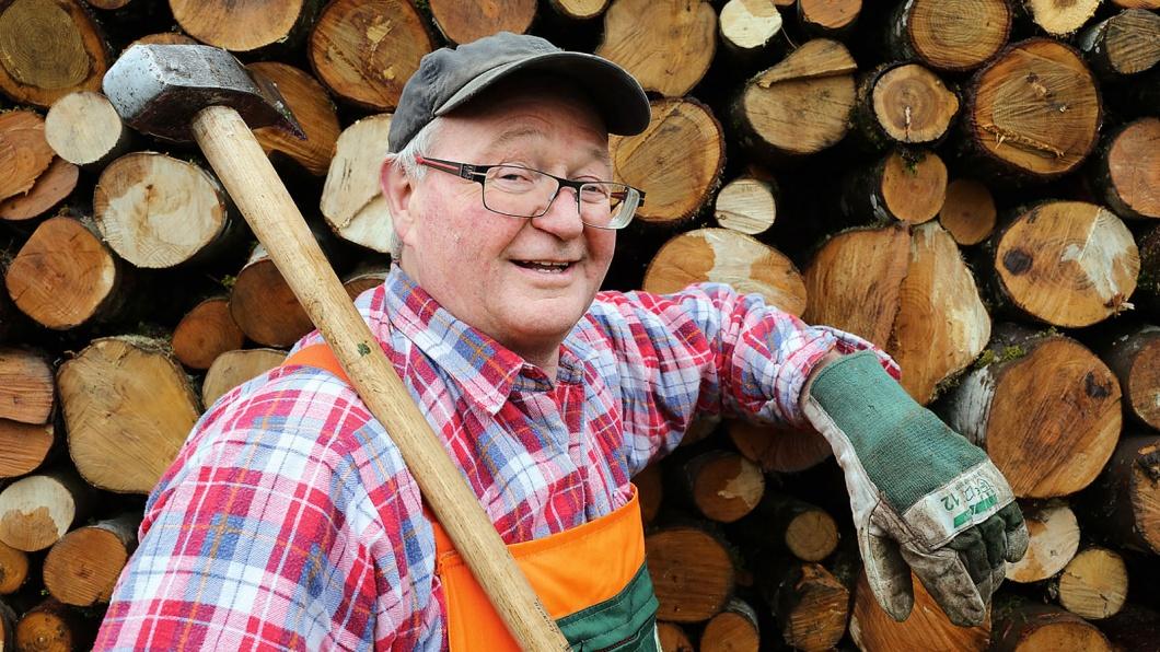 Asylberater Helmut Stapf auf seinem Holzplatz in der Nähe seines Wohnhauses