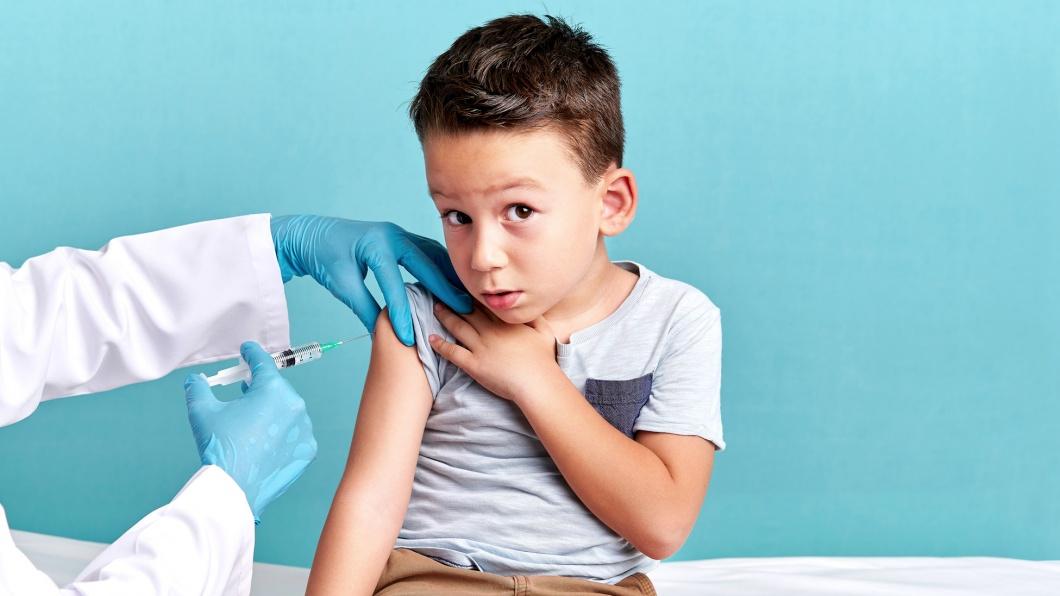 Kleiner Junge bei der Schutzimpfung