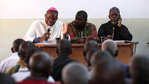 Der Erzbischof von Bangui, Dieudonne Nzapalainga (l) Dieudonne Nzapalainga (l) und der Vertreter Banguis Muslimgemeinde Imam Oumar Kobine Layama (r) treffen sich mit älteren Klerikern, Friedenstruppen und Menschen aus Bangui