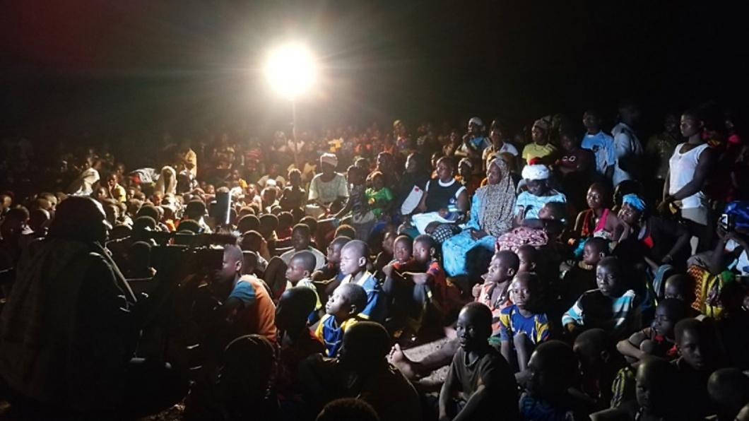 Sie lauschen den Geschichten ihrer Nachbarn: Familien in Burkina Faso