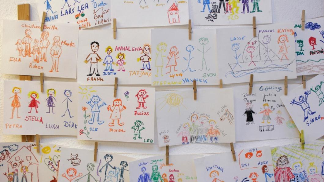 Kinderzeichnungen mit Familienbildern im Kindergarten