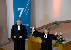 Regionalbischöfin Susanne Breit-Kessler erteilt den Segen