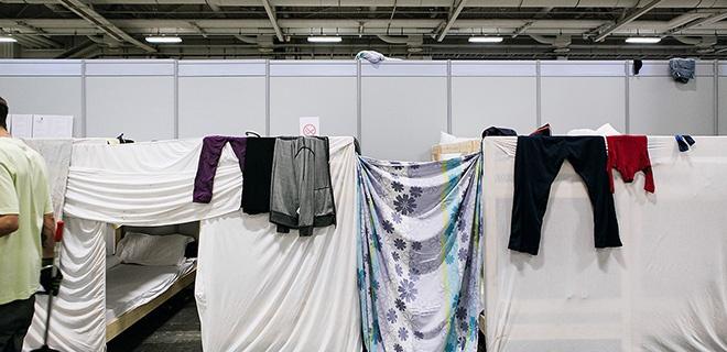Fluechtlingsunterkunft - Auf dem Messegelaende in Berlin dient eine Halle als Notunterkunft fuer ca. 1000 Flüchtlinge.