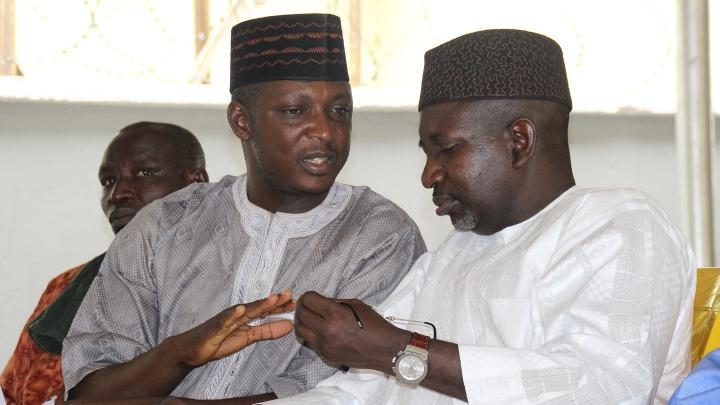 Der Imam Scheikh Halliru Abdullahi Maraya (r.) und der Pastor John Joseph Hayab bei einem Treffen in Maraban Rido, Bundesstaat Kaduna, Nigeria, am 04.05.17.