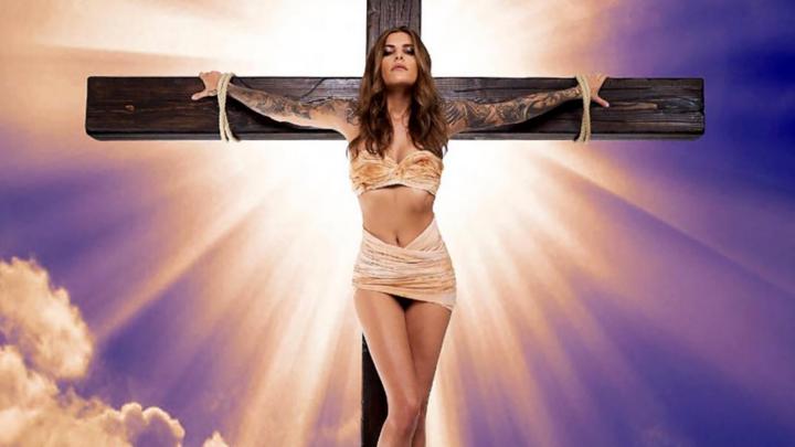 Ein Werbefoto des Models Sophia Thomalla erntet heftige Kritik.