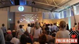 Pfingstsonntag 2016 im Gottesdienst der Ichthys-Gemeinde in Frankfurt-Nied. Lobpreis der Gemeinde und Spiel der Band.