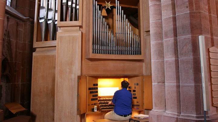 Organist spielt an einer Orgel