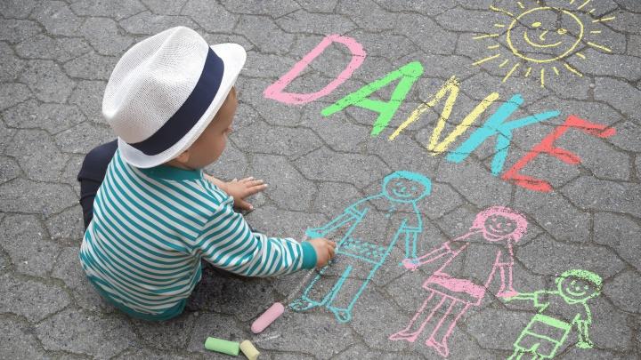 Danke schreibt ein Kind