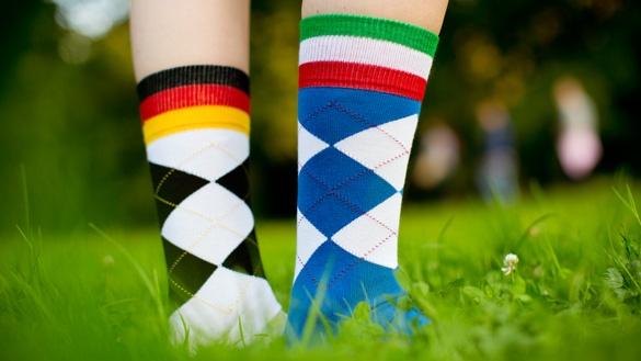 Socken in den Nationalfarben Deutschlands und Spaniens