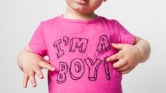 """Kleinkind mit einem pinken T-Shirt mit der Aufschrift """"I´m a boy!"""""""