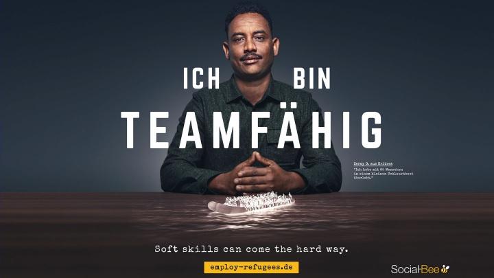 Werbeplakat mit einem Flüchtling drauf.