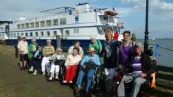 Reisegruppe mir Pflegebedürftigen und Angehörigen vor Schiff