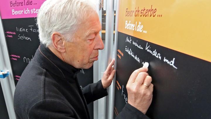 Er wolle mit seinen Kindern und Enkelkindern unter einem Dach leben, schreibt Bremens Altbürgermeister Henning Scherf auf eine Tafel.