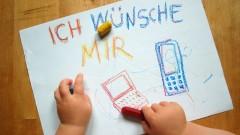 Kind schreibt und malt einen Wunschzettel