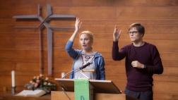 """""""Zwei verlorene Schafe"""": Rebecca (Andrea Sawatzki) und Thaddäus (Franz Hartwig) stehen auf der Kanzel und üben gemeinsam das Segnen der Gemeinde."""