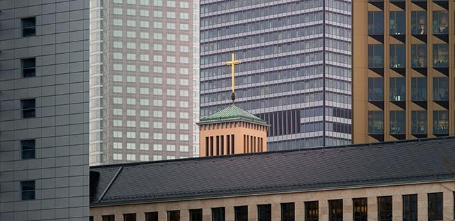 Matthäuskirche vor Frankfurter Bankenskyline