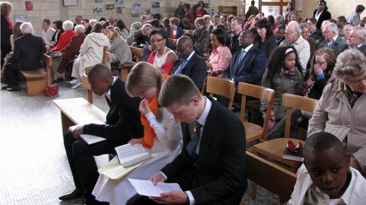 Junge Menschen in der Kirche von Palaiseau.