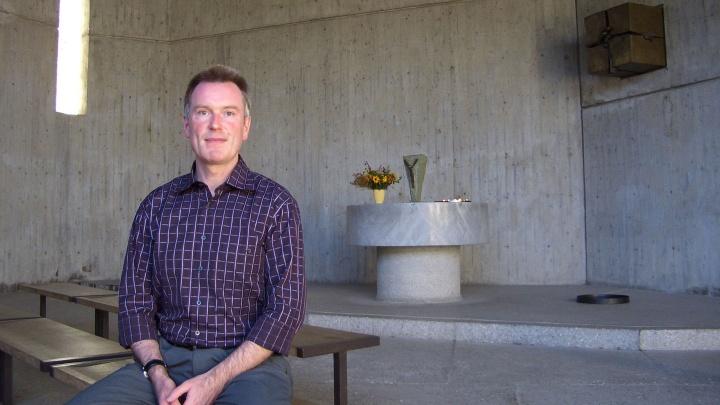 Der evangelische Pfarrer Björn Mensing in der Versöhnungskirche auf der KZ-Gedenkstätte Dachau.