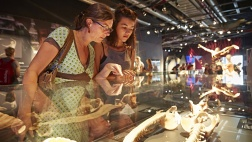 Besucher in der Austtellung des Menschen Museums.