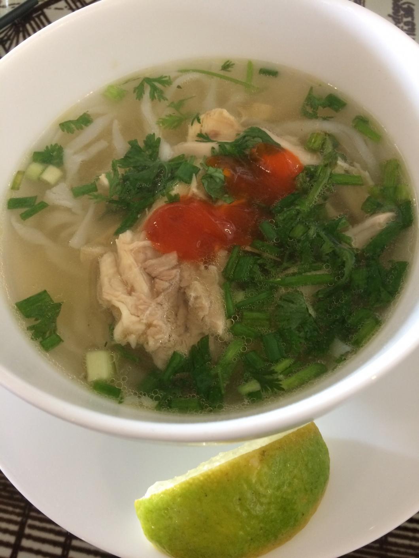 Phở-Suppe mit Chili und Limettenspalte