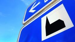 Schilder weisen an der Autobahn auf Autobahnkirchen hin.