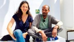 Autorin Nadia Kailouli mit einem ehemaligen Flüchtling und Helfer auf der SOS Mediterranee.