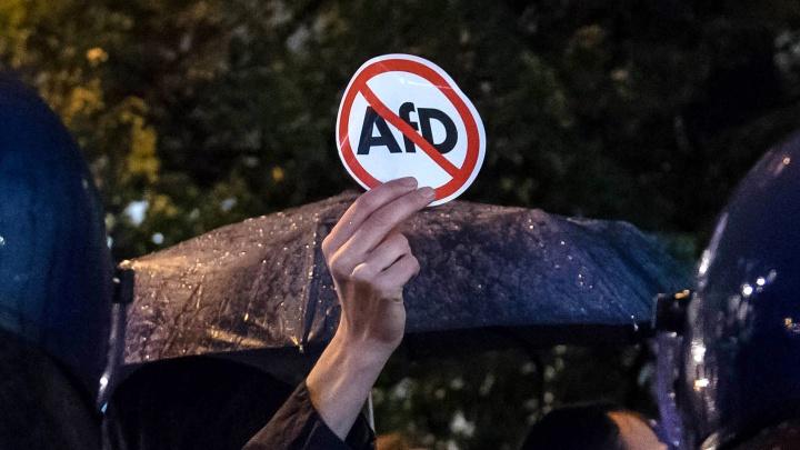 """Proteste gegen den Wahlerfolg der Partei Alternative für Deutschland (AfD) am Abend der Bundestagswahl (24. September 2017) vor dem Berliner Club """"Traffic"""" am Alexanderplatz, in dem die Partei ihren Wahlerfolg feierte."""