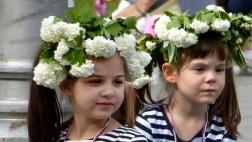 In Belgrad feiern die Gläubigen vor dem orthodoxen Osterfest die Auferstehung von Lazarus. Vor allem die Kinder schmücken sich dazu mit Blumen und grünen Zweigen.