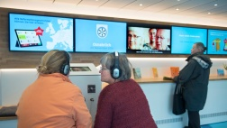 Besucher informieren sich über Geschichten zur Reformation