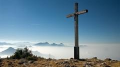 Gipfelkreuz der Hochries über dem Nebelmeer, Bayern, Deutschland