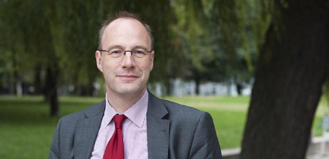Christoph Markschies in einem Park nahe der Theologischen Fakultät der Humboldt-Universität zu Berlin.