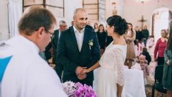 Ein junges Paar heiratet in Anwesenheit von Familie und Freunden in einer Kirche