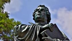 Standbild des Reformators Martin Luther (1483-1546) auf dem Karlsplatz in Eisenach.