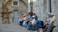 Pilger vor der Grabeskirche in Jerusalem