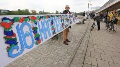 Die wohl längste gemalte Bibel der Welt ist am Sonntag (07.05.17) in Magdeburg erstmals komplett ausgeklappt und an einem Stück präsentiert worden.