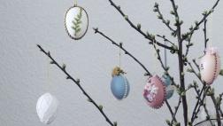 Zweige mit bunten Eiern