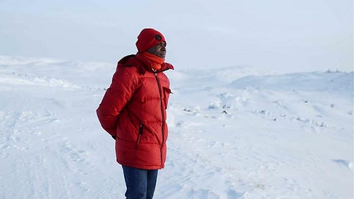 """""""Raus aus Afrika - Neue Heimat Arktis"""" erzählt die Geschichte von Noel Vagba. Er ist an der Elfenbeinküste zur Welt gekommen, aber hat seit seiner Kindheit von einem Leben in der Arktis geträumt."""