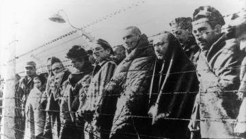 Überlebende des Konzentrationslagers Auschwitz nach der Befreiung durch die Rote Armee.