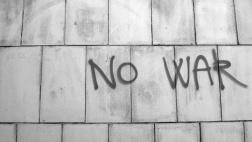 """Graffito """"No war"""" (kein Krieg) auf einer Wand."""