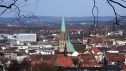 Die Nicolaikirche in Bielefeld ragt aus dem Stadtbild.
