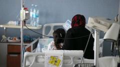 Eine syrische Mutter sitzt am Bett ihrer Tochter, die im Ziv Medical Center in Safed, Israel, behandelt wird.