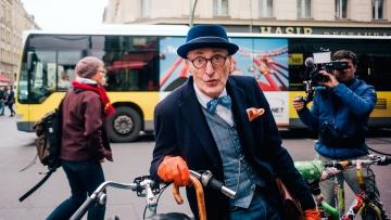 """Günther Krabbenhöft (71) ist einer der Protagonisten in """"Endlich alt!"""". Sein Markenzeichen: Unbändige Feierlaune und ein guter Stil."""