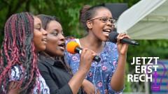 Singende Mädchen aus der afrikanischen Gemeinde