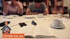 Bibelstunde der Presbyterianischen Persischen Gemeinde in Neukölln. Sepher und Mohsen lesen die Texte des Korans ganz genau.
