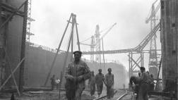 Häftlinge beim Bau des U-Boot-Bunker Valentin in Bremen-Rekum, 1944.