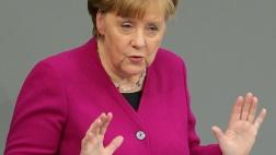 Bundeskanzlerin Angela Merkel gibt im Bundestag ihre erste Regierungserklärung nach ihrer Wiederwahl zur Regierungschefin ab.