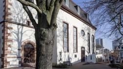 Südseite mit den beiden Eingängen und Bronzeskupltur zur Erinnerung an die Gefallenen des 1. Weltkrieges
