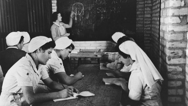 Schawrz-Weiss-Foto von Frauen bei der Krankenschwesternausbildung