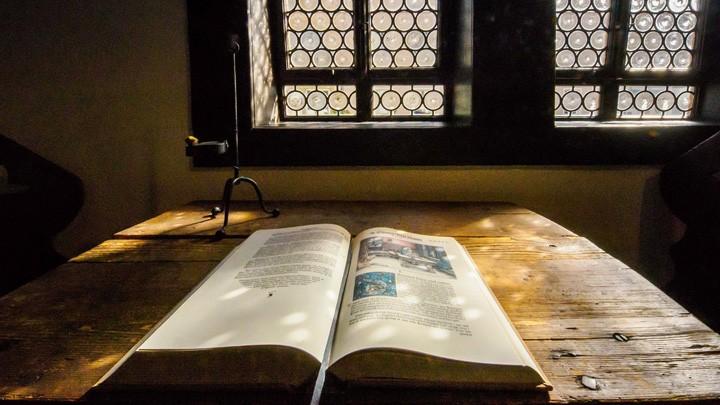 Lutherstube mit einer Bibel: Hier soll Martin Luther während seiner Schulzeit als Lateinschüler von 1498 bis 1501 gewohnt haben.