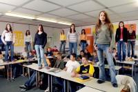Streitschlichter stehen auf den Tischen in ihrem Klassenzimmer.